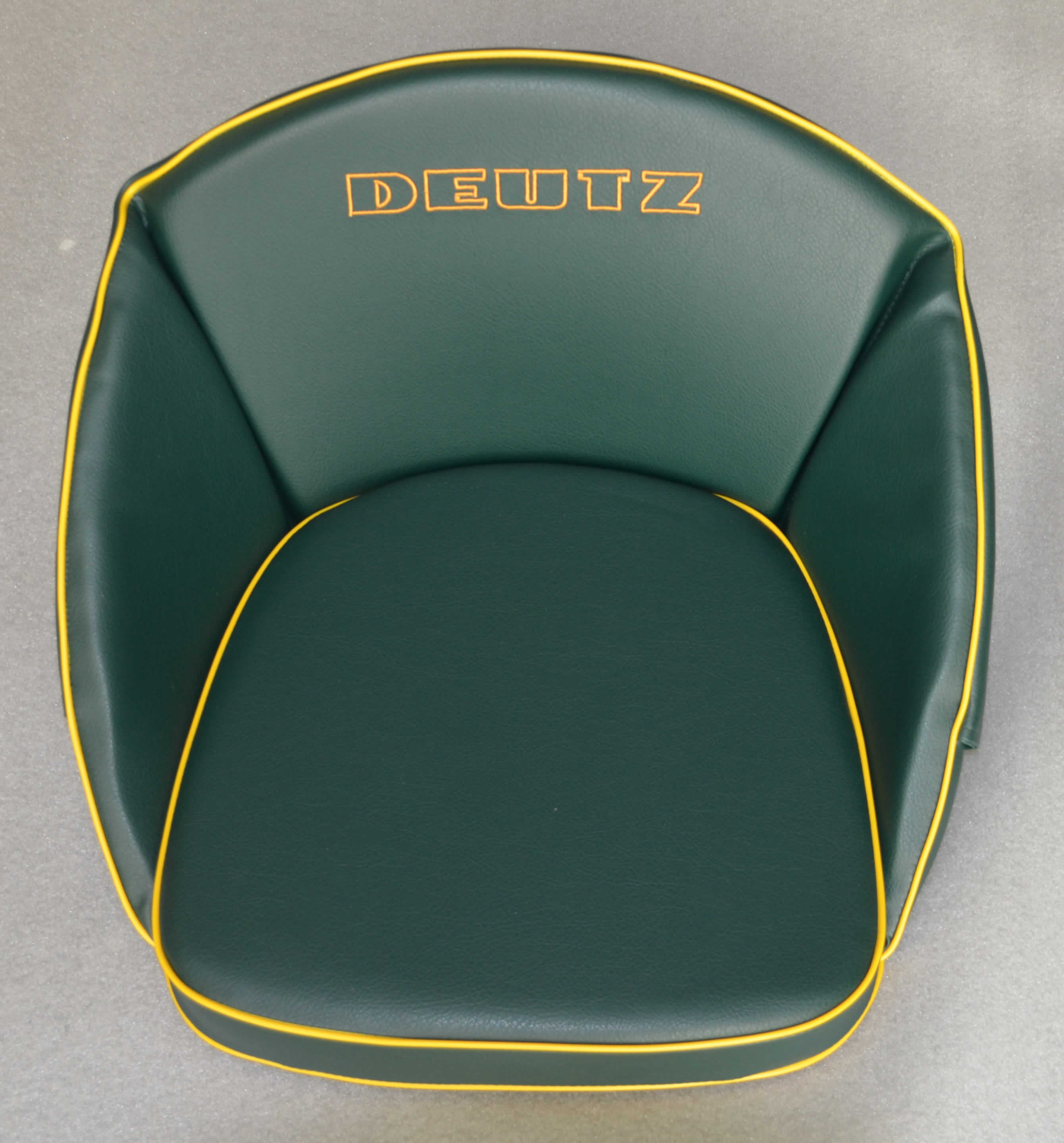 oldtimer jehle traktor sitzkissen hochlehner gr n f r deutz mit aufschrift gestickt. Black Bedroom Furniture Sets. Home Design Ideas